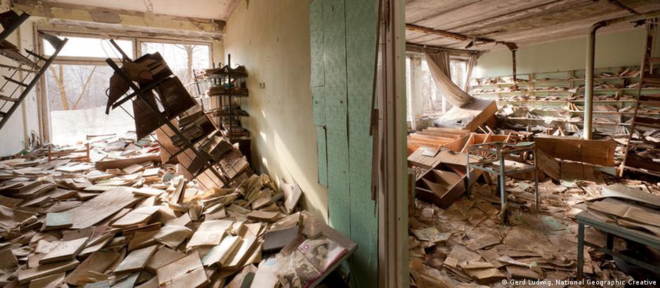 Ruínas de uma casa em Pripyat, na zona de Chernobyl