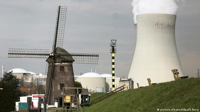 Windmühle bei Antwerpen Belgien Kühlturm Atomkraftwerk Doel