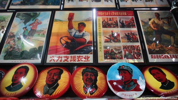 Листовки и значки с изображением Мао Цзэдуна