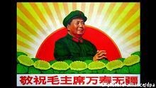ARCHIV 1969 ****Ein chinesisches Propagandaplakat aus dem Jahr 1969 aus der Zeit der Kulturrevolution zeigt den chinesischen Staatschef Mao Tsetung vor einer aufgehenden roten Sonne und der Bildunterschrift Lang lebe unser Vorsitzender Mao. Copyright: Getty Images/China Photos