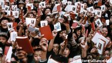China Mao Kulturrevolution Angehörige der Roten Garde mit Mao-Bibeln