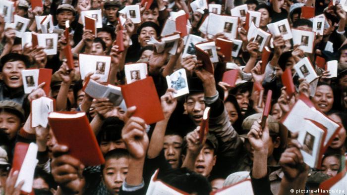China Mao Kulturrevolution Angehörige der Roten Garde mit Mao-Bibeln (picture-alliance/dpa)