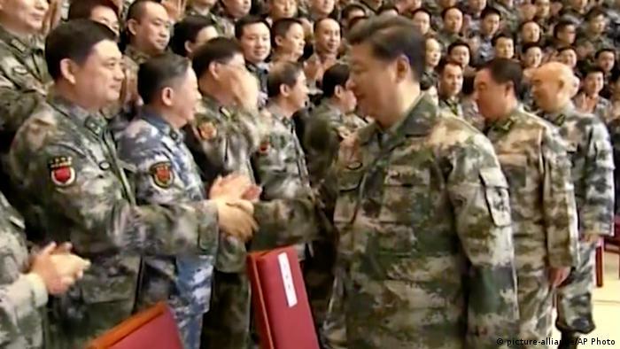 China Beijing Präsident Xi Jinping in Uniform (picture-alliance/AP Photo)