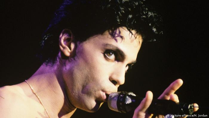 Prince singing into a microphone (picture-alliance/H. Jordan)