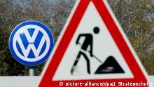 Deutschland Volkswagen Werk Wolfsburg Baustellenschild