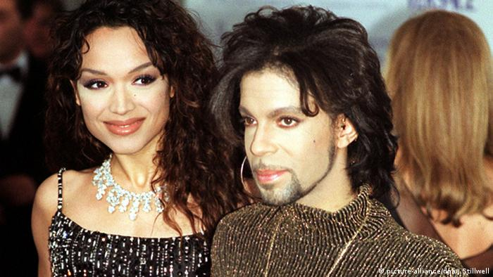 Prince 1999 mit Ehefrau Mayte Garcia (Foto: picture-alliance/dpa/J.Stillwell)