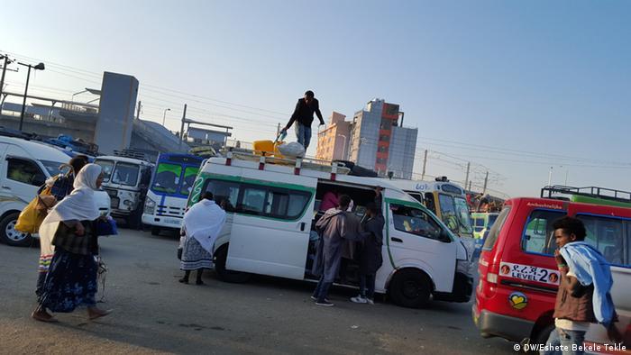 Äthiopien Addis Ababa Bushaltestelle (DW/Eshete Bekele Tekle)