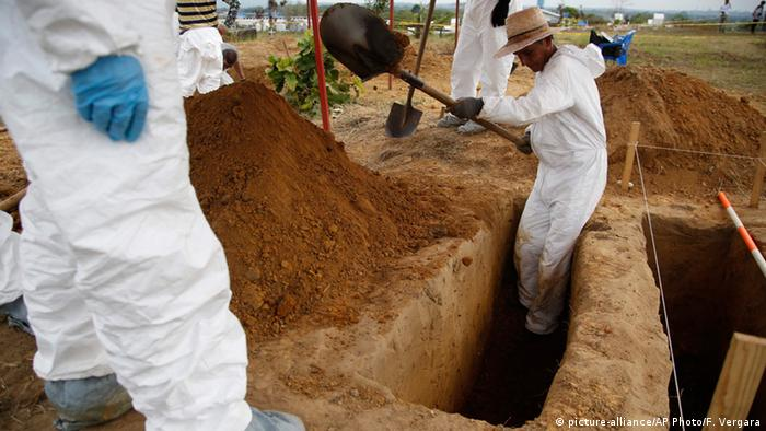 Kolumbien La Macarena Mann gräbt im Massengrab der FARC