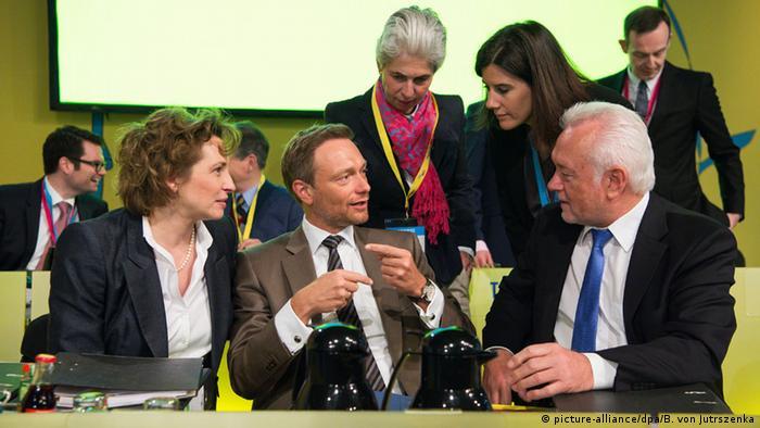 Parteichef Christian Lindner (Mitte) umgeben von Nicola Beer (li.), Wolfgang Kubicki (re.) und anderen führenden Parteimitgliedern beim FDP-Bundesparteitag in Berlin - Foto: picture-alliance/dpa/B. von Jutrszenka