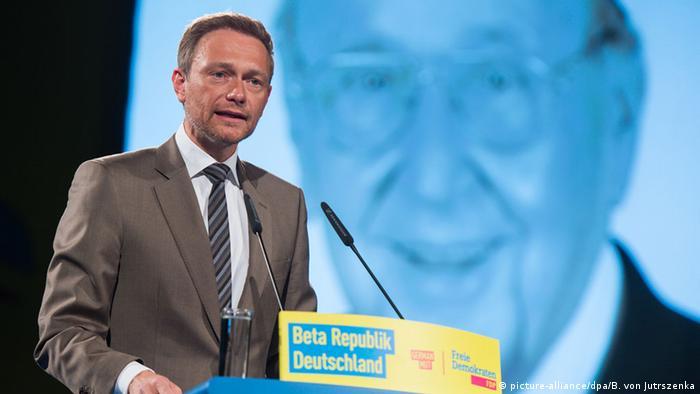 Lindner vor einem Genscher-Bild beim FDP.Bundesparteitag in Berlin 2016 (Foto: picture-alliance/dpa/B. von Jutrszenka)