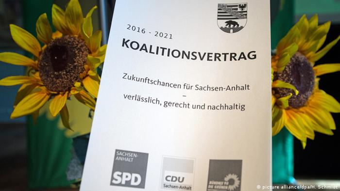 Saxony-Anahlt coalition agreement in front of flowers (picture alliance/dpa/H. Schmidt)