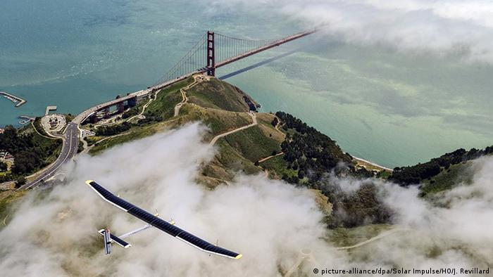 Solarflugzeug Solar Impulse überfliegt die Golden Gate Bridge (picture-alliance/dpa/Solar Impulse/HO/J. Revillard)