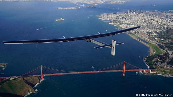 Solar Impulse 2 überfliegt Golden Gate Bridge (Foto: Getty Images/AFP)