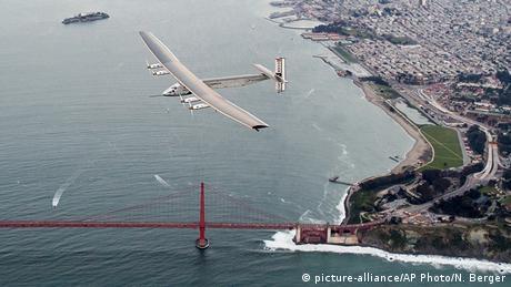 طائرة سولاء إمبولس وهي تحلق فوق جسر سان فرانسيسكو الشهير غولدن غايت بريدج.