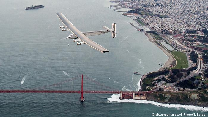 Kalifornien San Francisco Solar Impulse 2 überfliegt Golden Gate Bridge