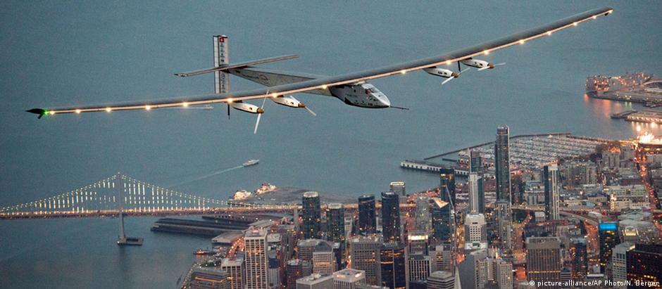Solar Impulse 2 sobrevoa São Francisco
