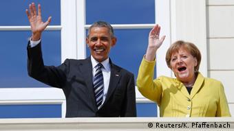 Barack Obama und Angela Merkel winken gut gelaunt vor Schloss Herrenhausen (Foto: Reuters/K. Pfaffenbach)