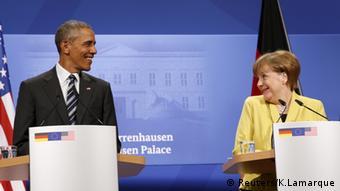 Barack Obama und Angela Merkel lächeln sich bei der Pressekonferenz zu (Foto: Reuters/K.Lamarque)