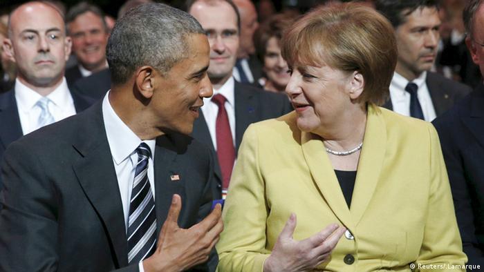 Barack Obama und Angela Merkel sitzen nebeneinander bei der Eröffnung der Hannover Messe und unterhalten sich angeregt. (Foto: Reuters/.Lamarque)