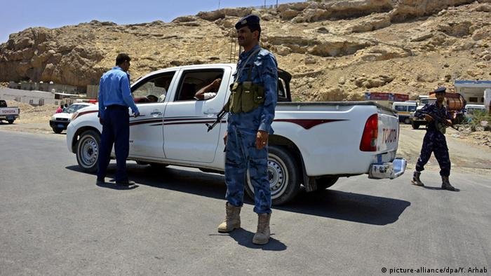 Yemeni soldiers check vehicles at a checkpoint at a street in the southern city of Mukalla in Hadramout province, Yemen, 28 April 2014 (Photo: picture-alliance/dpa/Y. Arhab)