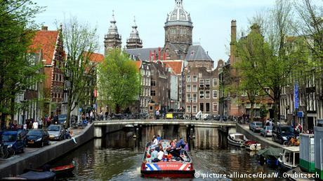 Niederlande Amsterdam Schiff in Gracht