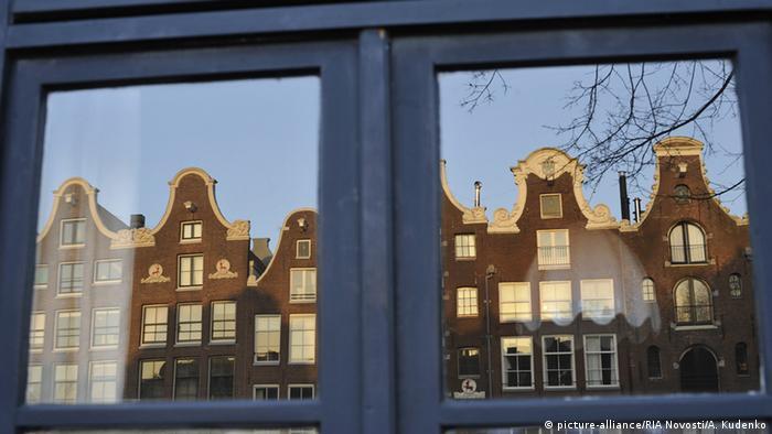 Многобройни и различни фронтони красят къщите, разположени покрай каналите. По върховете им все още могат да се видят приспособленията за макари, с които в в къщите са се внасяли по-големите покупки - през прозорците, тъй като вратите са били прекалено тесни.