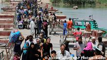 ARCHIV 2015 file photo, displaced Iraqis from Ramadi, Iraq, cross the Bzebiz bridge, fleeing fighting in Ramadi, 65 kilometers (40 miles), west of Baghdad. The number of people displaced within Iraq due to violence and fighting by the Islamic State group has exceeded 3 million, the United Nations said Tuesday, June 23, a grim milestone for the war-battered country. (c) picture-alliance/AP Photo/K. Kadim