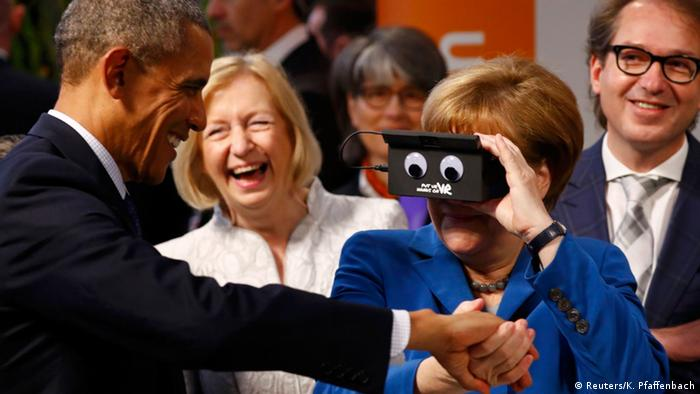 Angela Merkel junto con Barack Obama probando el dispositivo de realidad virtual.