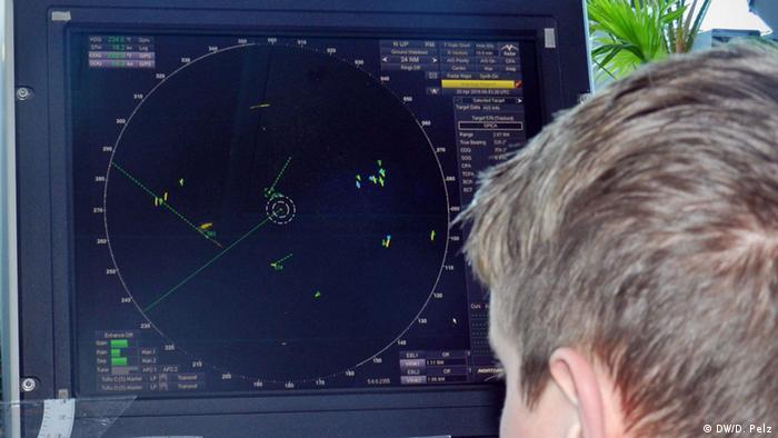 Aviones y barcos de la OTAN inician operación naval Sofía contra mafias migratorias en el Mediterráneo. Despliegue en mar Egeo sigue en apoyo a Grecia, Turquía y la agencia Frontex contra tráfico ilegal de inmigrantes. 27.10.2016