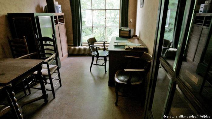 По време на Втората световна война, в продължение на две години, къщата от тази снимка е служила за скривалище на еврейското момиче Ане Франк. Нейният дневник е преведен на над 60 езика. А още от 1960-та насам къщата-музей е смятана за една от основните забележителности на Амстердам.