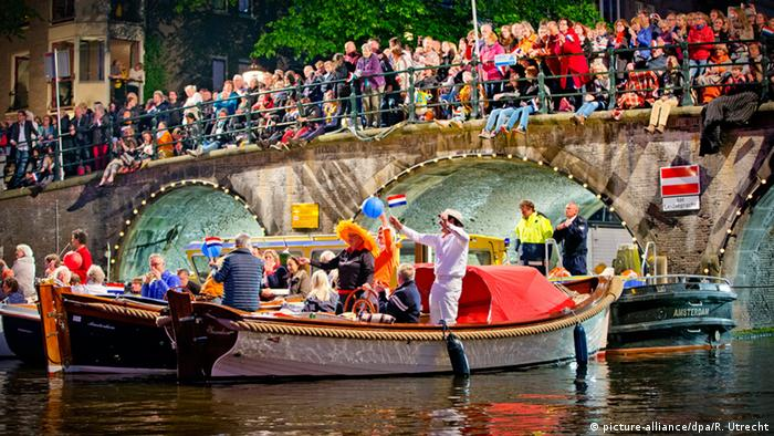 Niederlande Amsterdam Boote auf Gracht Feiernde