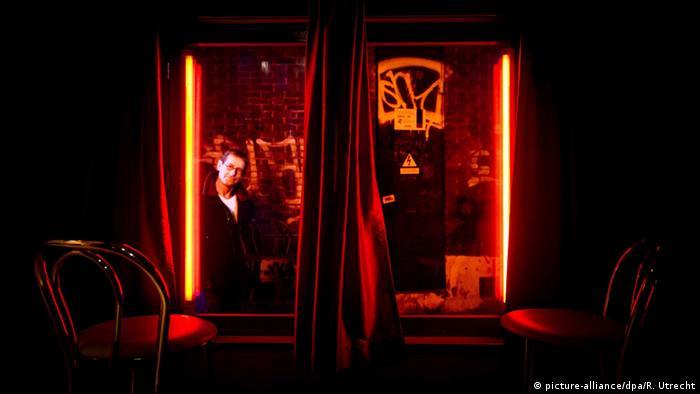 В Амстердам е отредено място и на... пороците. Например в района на червените фенери - там се намира първият музей на проституцията в света (на снимката), както и Храмът на Венера - най-старият музей на секса.