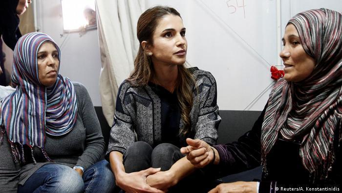 La reine Rania de Jordanie, dévoilée alors qu'elle s'entretenait avec des femmes portant le hijab dans un centre de réfugiés en Grèce.  (Reuters / A. Konstantinidis)