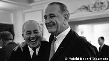 Harold Holt und Lyndon B. Johnson im Oktober 1966 Er wurde 1935 für die United Australia Party in das Repräsentantenhaus gewählt. Mit 27 war er eines der jüngsten Mitglieder. 1940 trat er der Armee bei, ohne seinen Sitz aufzugeben. Kurz darauf wurde er Arbeitsminister und erwarb den Spitznamen Gunner Holt. (c) Yoichi Robert Okamoto/ public domain