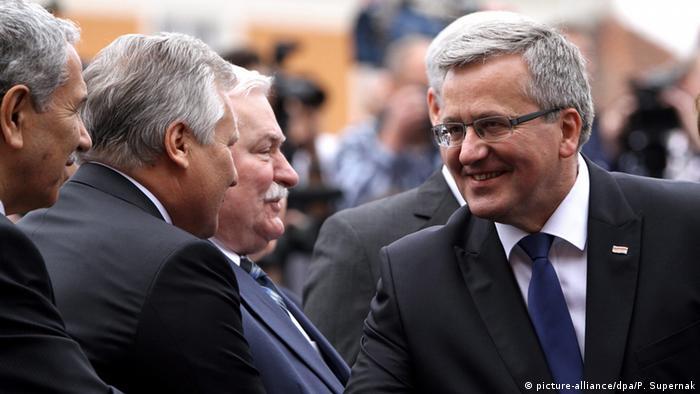 Die ehemaligen Präsidenten Komorowski (r.), Walesa (M). und Kwasniewski (2.v.l.)