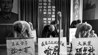 Szene der Kulturrevolution: Vorgebeugte Schuldige mit umgehängten Parolen (Foto: picture-alliance/CPA Media)