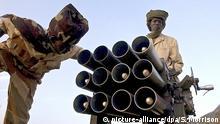 20.3.1997 *** Mitglieder der sudanesischen Rebellengruppe Bewegung Recht und Gleichheit (JEM) checken am 21.08.2004 in ihrem Camp bei Tine in der Region Darfur ein Artilleriegeschütz. Zwischen 30.000 und 50.000 Menschen sind wahrscheinlich in der westsudanesischen Provinz Darfur seit dem Beginn der Kämpfe ums Leben gekommen. Seit Februar 2003 tobt ein erbitterter Kampf zwischen zwei Rebellengruppen und den arabischen Dschandschawid-Milizen, denen die Morde an der schwarzen Bevölkerung in Darfur zur Last gelegt werden. Foto: Stephen Morrison picture-alliance/dpa/S. Morrison