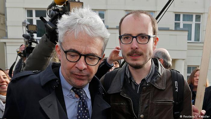Luxemburg Prozess LuxLeaks: Hauptangeklagter Antoine Deltour (rechts) und sein Anwalt William Bourdon (Foto: Reuters/V. Kessler)