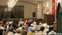 Ein Vorbeter (Imam) spricht vor dem Freitagsgebet während des islamischen Fastenmonats Ramadan zu türkischen Muslimen, aufgenommen am Freitag (29.09.2006) in einer Moschee in Köln. Foto: Oliver Berg dpa/lnw +++(c) dpa - Report+++ © picture-alliance/dpa/O.Berg