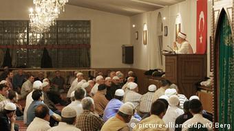 Türkischer Imam predigt ein einer Moschee in Köln (picture-alliance/dpa/O.Berg)