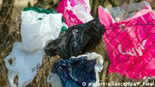 Deutschland Frankfurt (Oder) Plastiktüten hängen an Zaun