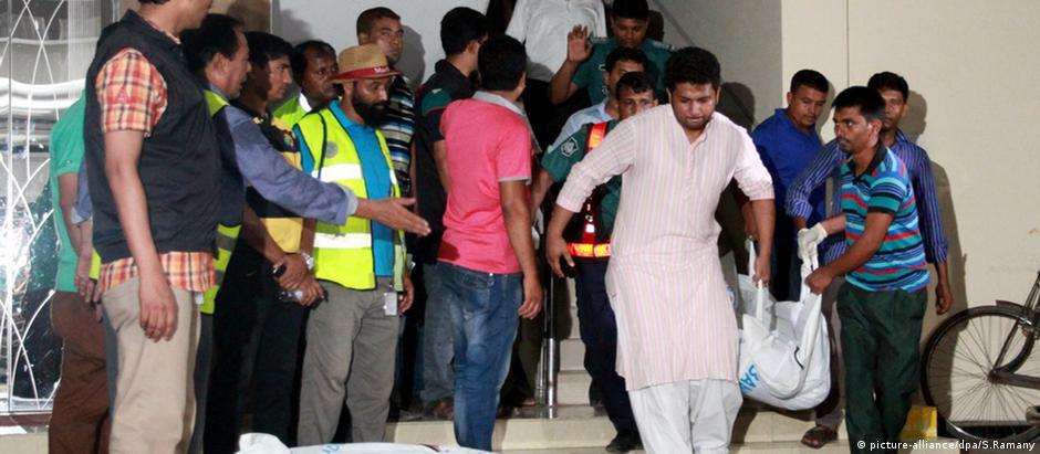 Polícia retira corpos de ativista e amigo de apartamento onde ocorreu o assassinato