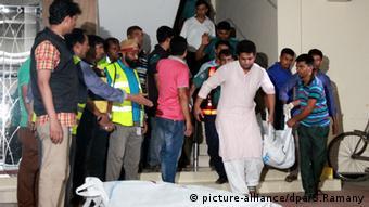 Leichen der ermordeten Gay-rights-Aktivisten Xulhaz Mannan und Mahbub Rabbi Tonoy werden abtransportiert (Foto: picture-alliance/dpa)