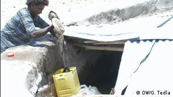 Äthiopien Afar Mann schöpft Wasser