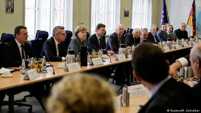 Kanzlerin Merkel, Innenminister de Maizière und die Chefs der Sicherheitsbehörden im großen Besprechungsraum des Gemeinsamen Terrorismusabwehrzentrums.