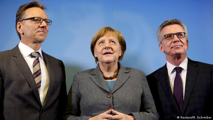 BKA-Präsident Holger Münch (l.), Bundeskanzlerin Angela Merkel (M.) und Bundesinnenminister Thomas Thomas de Maizière (r.) bei ihrem Treffen im Gemeinsamen Terrorismus-Abwehr-Zentrum (GTAZ)