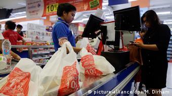 Indonesien Plastiktüten in einem Supermarkt in Jakarta