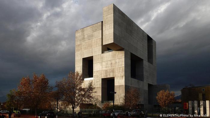 Blick auf das Innovation Centre der Katholischen Universität Chile in Santiago, ein Gebäude des Architekten Alejandro Aravena (Foto: ELEMENTAL / Photo by Nina Vidic)