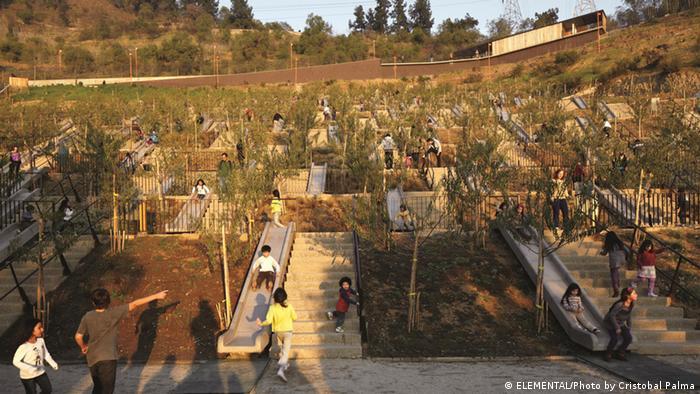 Ein fast 2000 Quadratmeter großer Kinderspielplatz des Architekten Alejandro Aravena im Stadtpark von Santiago de Chile (Foto: ELEMENTAL/Photo by Cristobal Palma)