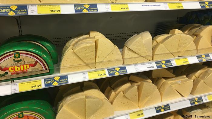 Полка в магазине с сырами